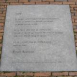Gedenksteen in plaveisel met gedicht van Rutger Kopland