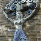 Reliëf van vrouw met bloemenmand