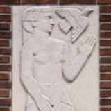 Twee reliëfs van mensfiguren met bloem en vogel