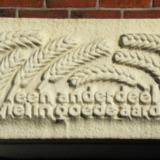 Gevelsteen met korenaren en inscriptie