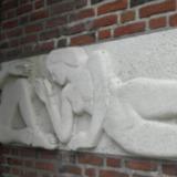 Reliëf van naaktfiguren