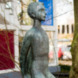 Geknielde jongensfiguur steunend op moker - Wladimir de Vries